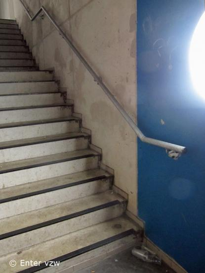 Trap toegankelijke jeugdlokalen for Hoogte trapleuning boven trap