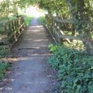 Toegangspad 2 sluit niet drempelloos aan op een brugje (drempel hoger dan 2 cm).