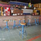 Optimaal is er ook een verlaagd deel aanwezig bij de toog. Voorzie naast de barkrukken best een vrije ruimte waar je een drankje kan bestellen.(Jeugdhuis Club 9, Koersel)